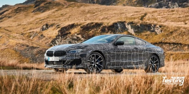 宝马在英国威尔士附近的道路上测试8系列跑车