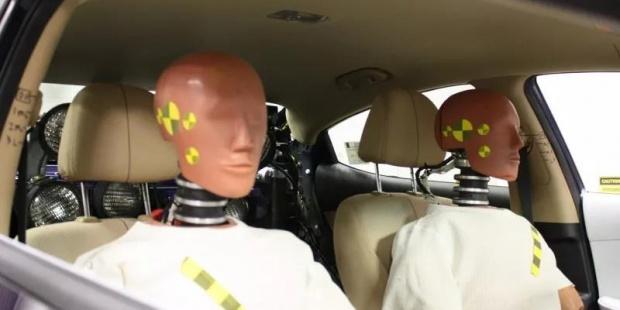 如何通过研究老年假人模型提高汽车安全性?