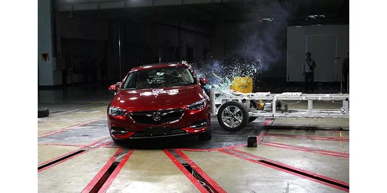 上汽通用新君威——可变形移动壁障侧面碰撞试验、鞭打试验完成
