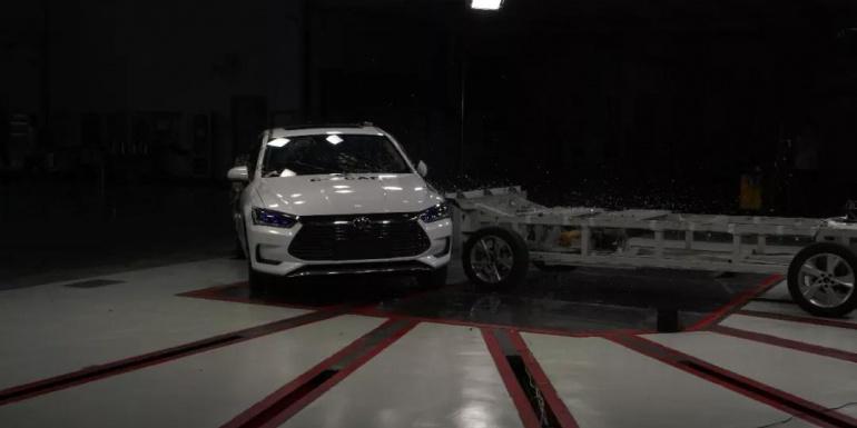 比亚迪秦Pro——可变形移动壁障侧面碰撞试验、鞭打试验完成